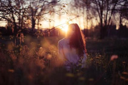mujer-puesta-de-sol
